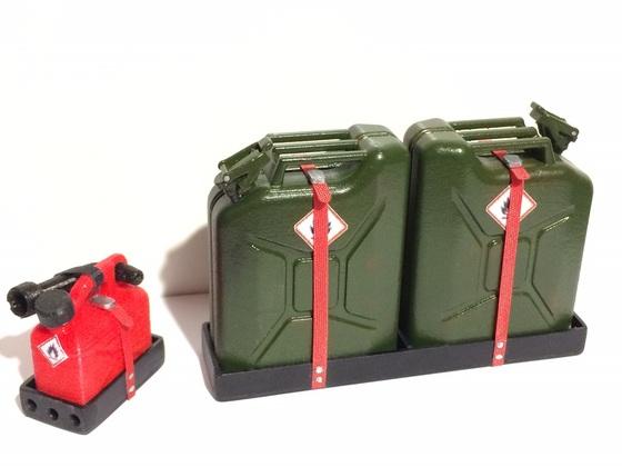 2 x 20 Liter-Reservekanister für meinen Defender D110 Crew Cab und 5 Liter-Kanister für die Motorsäge inkl. Haltern... ;)