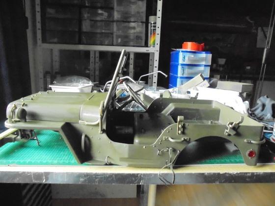 Die Willys Karosserie wird nach der Bearbeitung wieder zusammen bebaut!