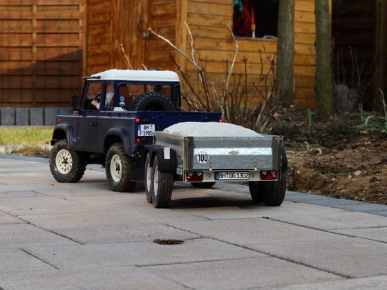 D90 mit Anhänger abseits der Straße