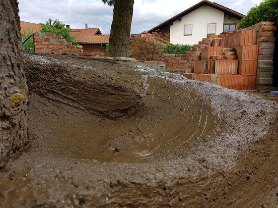 Buster's Gartenparcour...es geht weiter...Baum Nr. 2 wurde eingebaut...Split, Zement, Lehm und viel Wasser...watt ne Sauerei...