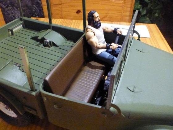 Der bärtige Im M37 auf seiner neuen Sitzbank